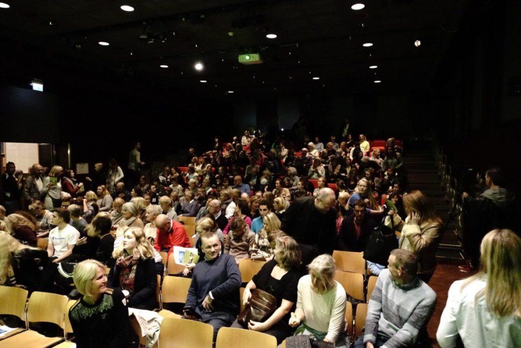 Bilde fra Litteraturhuset som viser oppmøte under folkemøtet.