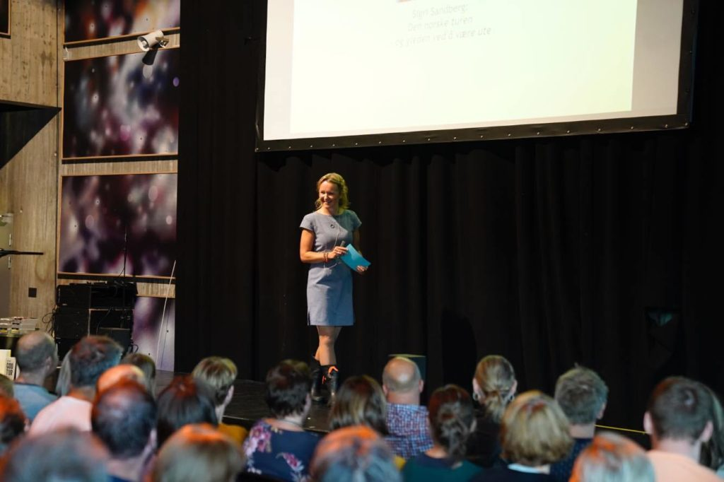 Journalist Sigri Sandberg på scenen.